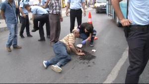 Beyoğlu'nda Motosiklet Yolun Karşısına Geçmeye Çalışan Adama Çarptı