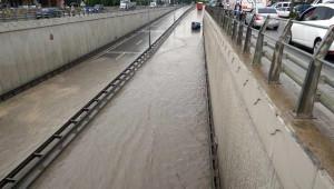 Sağanak Yağmurda Alt Geçit Suyla Doldu, Karayolunda Ulaşım Durdu