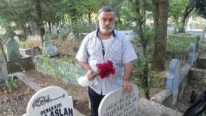 Kahtalı Mıçı, Babalar Günü'nde Babasının Mezarını Ziyaret Etti