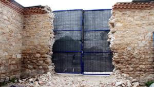420 Yıllık Sinan Paşa Külliyesi'nin Duvarına Kamyon Girişi İçin Kapı Açtılar