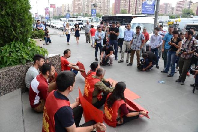 Grup Yorum, Konser Yasağını Oturma Eylemiyle Protesto Etti