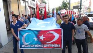 Doğu Türkistan Protestoları Sırasında Çin Bayrağı Yakıldı