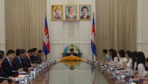 Kamboçya Başbakanı, Türk Okulu Öğrencilerini Makamında Ağırladı