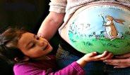 Tuval Yerine Hamile Kadınların Göbeğini Kullanıyor!