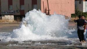 Nusaybin'de Su Borusu Patladı, Caddeler Göle Döndü