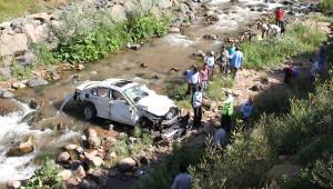 Otomobil Dereye Uçtu: 2 Ölü, 4 Yaralı