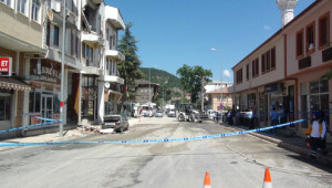 Restorasyondaki Belediye Binasından Düşen Beton Parçaları Yayayı Öldürdü