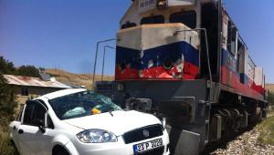 Elazığ'da Lokomotif Otomobile Çarptı; 4 Yaralı
