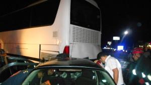 Otomobil ile Otobüs Çarpıştı: 3 Yaralı