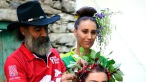 Köye Dönen Kızların Saçlarında Çiçekler Açtı