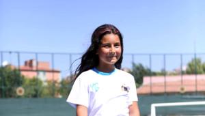 10 Yaşındaki Dilara, Futbolda Erkekleri Çalıma Diziyor