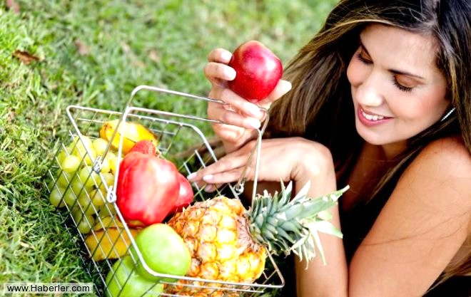 Aldığımız her nefesin kaynağı akciğerimiz; hava kirliliği, sigara, yanlış beslenme gibi nedenlerle zamanla zarar görür. Vücudumuzu zararlı etkilerden korumak ise yine meyvelere düşer. Sağlıklı yaşamın doğal mucizesi meyveler ve sebzelerin bazıları, bu hasarı neredeyse yok ediyor. İşte akciğerimizi temizlemenin doğal ve lezzetli yolları...