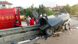 Otomobil Bariyerlere Saplandı: 2 Ölü, 4 Yaralı