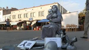 Foça'da Teröre 'Canlı Heykel' Protestosu