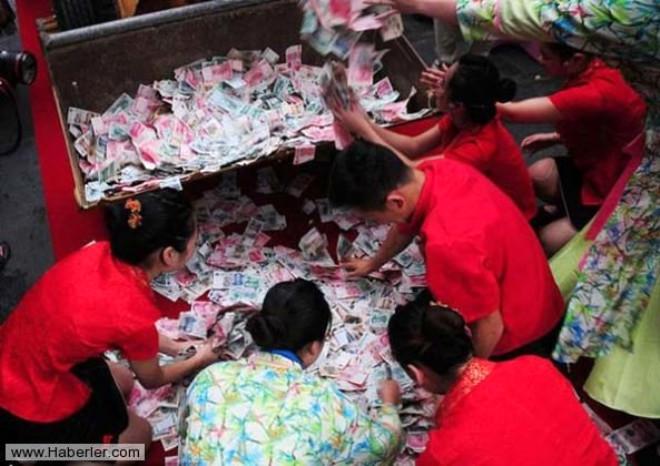Çin'de Dozerle Para Yağdırdılar