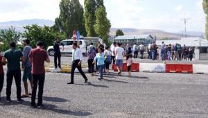 Kağızman'da Yol Kesen PKK Kaçan Araçlara Ateş Açtı: 1 Yaralı