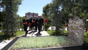 Davutoğlu ve Tuğrul Türkeş, Alparslan Türkeş'in Mezarını Ziyaret Etti