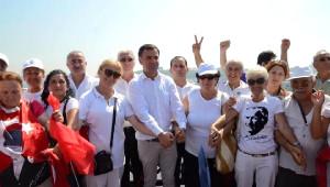 CHP'liler Beyaz Giyip Galata Köprüsü'nde Yürüdü