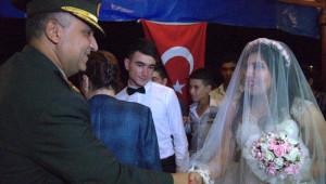 Kendi Düğününe Yetişemeyen Uzman Çavuş Damat Sonunda Geline Kavuştu