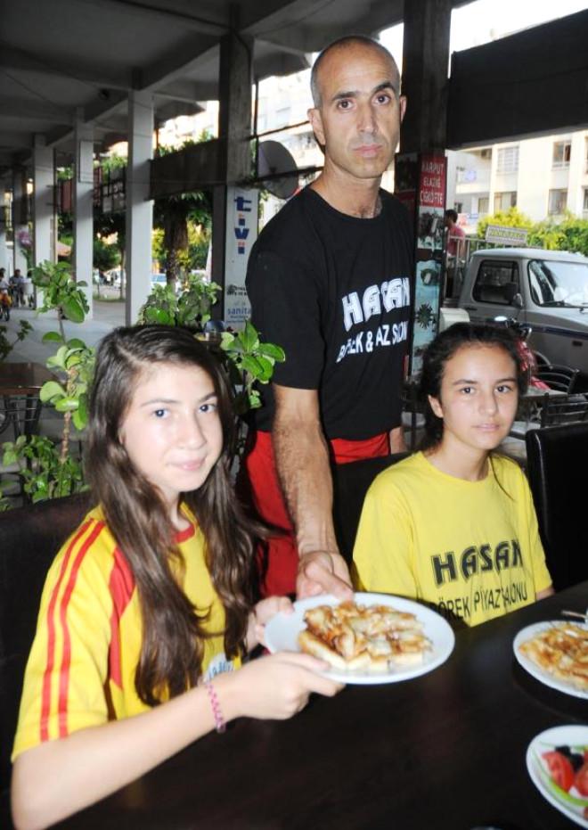 Kadın Futbolcular İçin de Elleriyle Hamur Açıyor