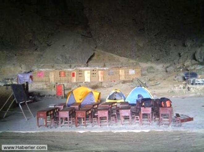 Mağaranın İçinde Okul Kurdular
