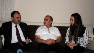 İl Milli Eğitim Müdürü Çandıroğlu, Halk Eğitim Merkezlerinde Kurs Alan 2 Öğrenciyi Evinde Ziyaret...