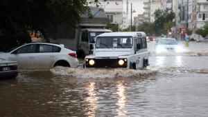 Antalya'da Yollar Göle Döndü, Araçlar İtfaiye ve Kepçelerle Kurtarıldı