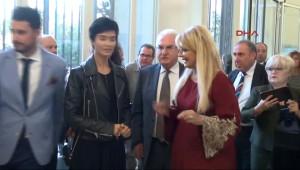 Tuba Büyüküstün Vatikan'da 'En İyi Kadın Oyuncu' Ödülünü Aldı