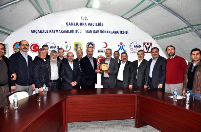 Deniz Feneri Derneği Genel Başkanı Mehmet Cengiz'e Çadır Kentte Plaket Verildi