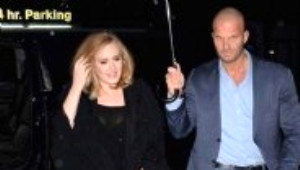 Genç Kızlar Adele'in Korumasına Aşık Oldu!