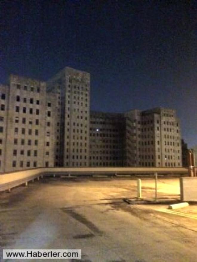 Terk Edilmiş Hastane Binasında Korkutan Yılbaşı Ağacı