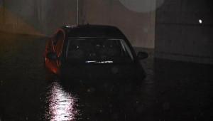 Yağmur'da Göle Dönen Caddede Araçlar Mahsur Kaldı