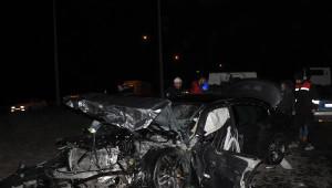 2 Otomobil Kavşakta Çarpıştı: 3 Ölü, 5 Yaralı