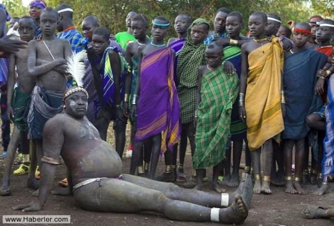 Afrika'nın En Acayip Kabilesi Bodi'ler İnek Kanı İçiyor
