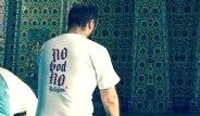 Camiye Gittiği Tişörtle Şoke Etti