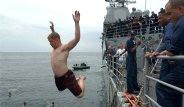 Amerikan Askerleri Donanma Gemisinden Denize Atladı