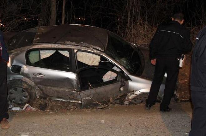 2 Kişinin Yaralandığı Kaza Sonrası Mahalleli Yolu Trafiğe Kapattı