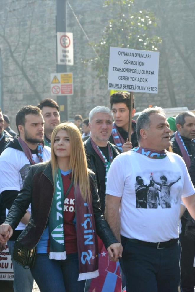 Bursaspor ve Trabzonsporlu Taraftarlardan Halaylı Protesto