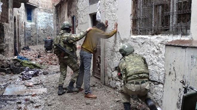 Sur'da Teslim Olan Terörist: Örgüt Aileleri Dışarı Çıkarmıyor