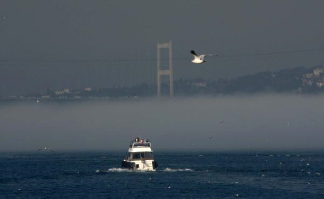 İstanbul Boğazı'nda Doyumsuz Sis Manzarası