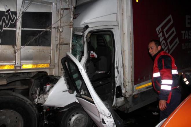 Tem'de Tır'a Çarpan Kamyonun Sürücüsü Yaralandı