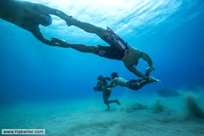 Ünlü Sörfçünün Su Altında İnanılmaz Eğitimi