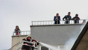 Çatı Yangınına İtfaiye Müdahale Etti, Meraklı Vatandaşlar İzledi