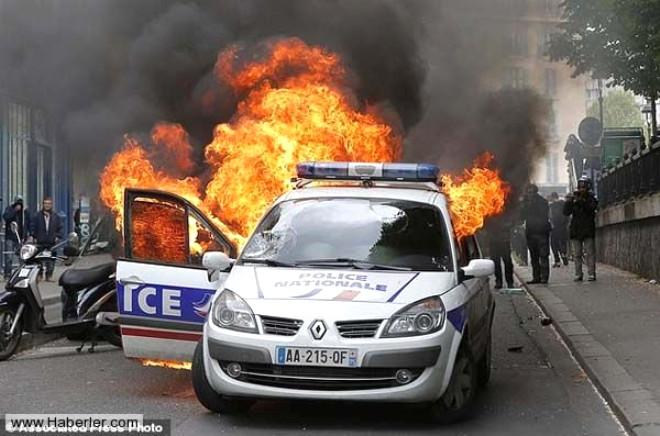 Fransa'da Polis Aracını Yaktılar