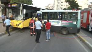 Bağdat Caddesi'nde Yolcu Dolu Minibüs ile Otobüs Kafa Kafaya Çarpıştı