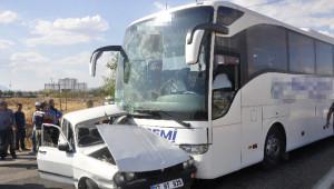 Yolcu Otobüsü ile Otomobil Çarpıştı: 1 Ölü