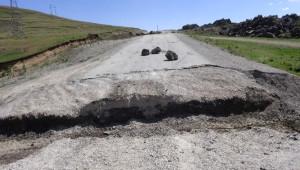 Valilik Kararınca Kapatılan Tendürek Dağı Yoluna Hendek Kazıldı