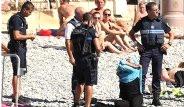 Plajdaki Kadının Tesettür Mayosunu Zorla Çıkarttırdılar