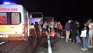 Makedon Tur Otobüsü, Tır'a Çarptı: 1 Ölü, 38 Yaralı