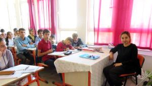 Burçin Öğretmen, Alçıda Ayağı ile Ders Veriyor